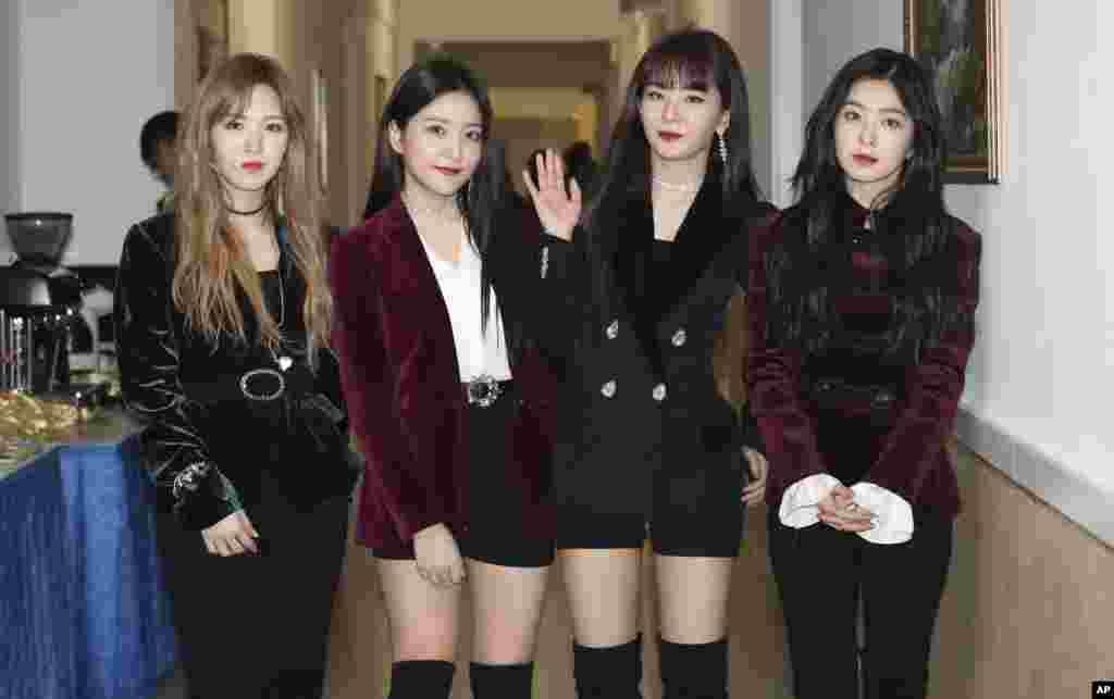 """韩国女子演唱组""""红色天鹅绒""""(Red Velvet)2018年4月1日在朝鲜平壤演出后亮相。朝鲜领导人金正恩目睹了韩国明星在平壤的罕见表演。"""