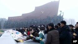 지난달 17일 북한 김정은 국방위원장 8주기를 맞아 평양 주민들이 만수대 김일성, 김정일 동상에 헌화하고 있다.