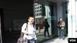 前山西晚报揭黑记者李建军走出廉政公署(美国之音海彦拍摄)