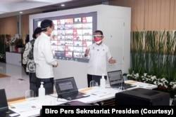 Presiden Joko Widodo dan Menteri Keuangan Sri Mulyani mendengar penjelasan Menteri Investasi Bahlil Lahadia mengenai sistem perizinan online terpadu (OSS) di Jakarta, Senin, 9 Agustus 2021. (Foto: Biro Pers Sekretariat Presiden)