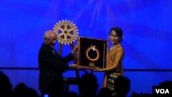 Rotary Global Peace Foundation အဖြဲ႔ရဲ႕ ၿငိမ္းခ်မ္းေရးဆု လက္ခံရယူေနတဲ့ ေဒၚေအာင္ဆန္းစုၾကည္။ (ဇန္န၀ါရီလ ၂၇ ရက္၊ ၂၀၁၃)။