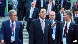 북한의 김영재 대외경제상(가운데)이 러시아 블라디보스토크에서 열린 동방경제포럼에 참석했다.