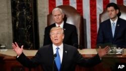 Presiden Amerika Serikat Donald Trump (depan) saat menyampaikan pidato kenegaraan State of The Union di hadapan Kongres Amerika di Gedung Capitol, Washington DC, 30 Januari 2018. (Foto: dok)