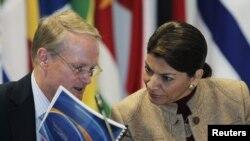 Adam Blackwell, secretario de Seguridad de la OEA y la presidenta de Costa Rica, Laura Chinchilla.
