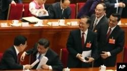 2013年3月5日,中国人大会议开幕式之后,习近平、李克强、王岐山和胡锦涛、温家宝。孙政才被认为是温家宝和胡锦涛选择的第六代领导人之一。