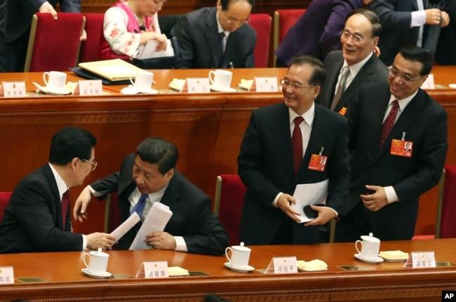2013年3月5日,中国人大会议开幕式之后,习近平、李克强、王岐山和胡锦涛、温家宝。