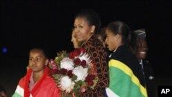 Primeira-dama norte-americana, Michelle Obama, e as filhas Sasha e Melia, na chegada à África do Sul