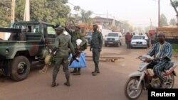 Binh sĩ đứng trước nhà hàng La Terrasse nơi xảy ra vụ nổ súng ở Bamako, 7/3/2015.