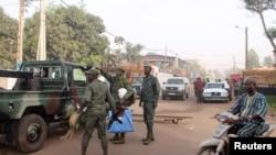 Des soldats devant le restaurant La Terrasse où des hommes armés ont tué cinq personnes dans une attaque à Bamako, le 7 mars 2015.