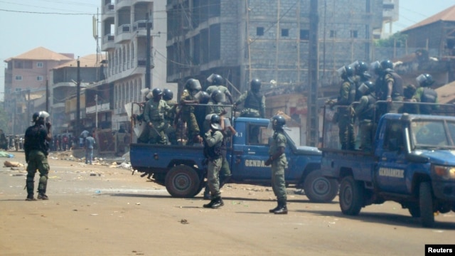 Anti-riot policemen deploy across Conakry to separate rival gang fighters, March 1, 2013.