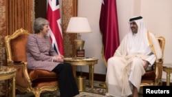 La Première ministre britannique Theresa May rencontre l'Emir du Qatar Sheikh Tamim bin Hamad Al Thani à Manama, au Bahreïn, le 7 décembre 2016.