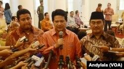 Ketua KPU Husni Kamil Manik (tengah) didampingi Ketua Bawaslu Muhammad (kiri) dan Ketua DKPP Jimly Asshidiqie (kanan) di Istana Bogor, Jawa Barat, 7 Agustus 2015 (Foto:VOA/Andylala)
