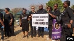 Richard Msowoya, président de l'Assemblée nationale malawite, participe à une marche de protestation contre les violences domestiques, Lilongwe, Malawi, le 14 septembre 2017. (L Masina/VOA)
