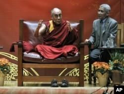 En 2011, el Dalai Lama renunció a su rol como jefe político del Tibet para dedicarse solo a su liderazgo espiritual.