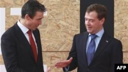 Генсек НАТО Андерс Фог Расмуссен и президент России Дмитрий Медведев