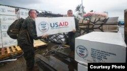 Binh sĩ Thủy quân lục chiến Mỹ khiêng các thùng hàng cứu trợ lên xe tải tại căn cứ không quân Tacloban, Philippines, ngày 14/11/2013.