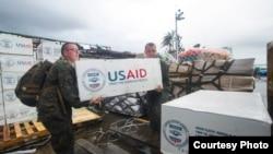 11月14日美国海军向受灾最严重的菲律宾塔克洛班市运送援助物资(照片由美国海军提供)