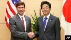 Министр обороны США Марк Эспер и премьер-министр Японии Синдзо Абэ
