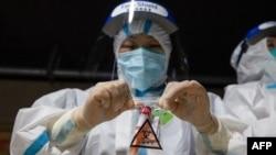 南京醫護人員2021年7月21日在做核酸檢測。