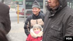 2015年12月22日上午,维权人士倪玉兰和丈夫董继勤来到法院外声援浦志强,有便衣试图遮挡记者拍照(美国之音叶兵拍摄)