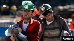 Rudari izlaze iz okna tokom pauze u portazi za svojim kolegama zarobljenim ispod zemlje