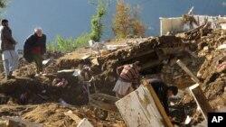 خلک د سوات په شانګله سیمه کې د ۲۰۱۵م کال د اکتوبر په زلزله کې تر خځلو لاندې شوي خپلوان را کاږي