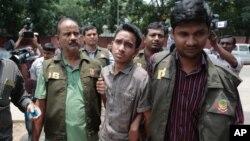 Các trinh sát Bangladesh hộ tống Sumon Hossain Patwari ở Dhaka, ngày 16 tháng 6 năm 2016.