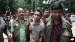 Polisi Bangladesh mengawal ketat Sumon Hossain Patwari, terduga pelaku serangan brutal di Dhaka, Bangladesh (16/6).
