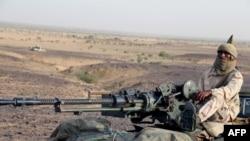 Un combattant touareg de la coordination des mouvements de l'Azawad (CMA) monte la garde sur une camionnette avec une mitrailleuse près de Kidal, au nord du Mali, 28 septembre 2016.