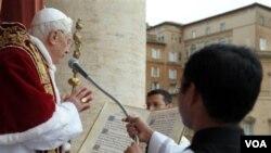 Paus Benediktus XVI saat menyampaikan pesan-pesan dan pemberkatan Natal tahunan.