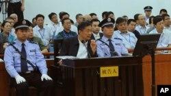 2013年8月24日薄熙来在济南中级法院上聆听证人证词。
