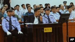 Ông Bạc Hy Lai ngồi ghế bị cáo tại Tòa án Nhân dân Trung cấp Tế Nam thuộc tỉnh Sơn Đông, Trung Quốc, 24/8/2013