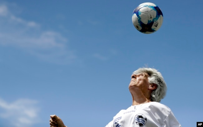 Elba Selva, a former player of Argentina's female national soccer team, plays with a ball in Buenos Aires, Argentina.(AP Photo/Natacha Pisarenko)