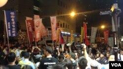 數以千計的示威者繼續游行到西環的中聯辦抗議人大釋法(美國之音海彥拍攝)