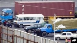 신의주 지역에서 온 상인들과 거래하는 중국 단둥 지역의 무역상들. (자료사진)
