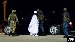 L'ex-président Yahya Jammeh, au centre, en train d'aller en exil à l'aéroport de Banjul, Gambie, 27 janvier 2017.
