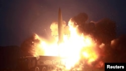 북한이 6일 신형전술유도탄 발사에 성공했다며 공개한 발사 장면 사진.
