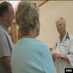 Časna sestra liječnik, dr. Anne Brooks, u svojoj klinici razgovara sa donatorima