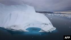 Một băng sơn ngoài khơi duyên hải Ammasalik, Greenland đang bị tan chảy do khí hậu biến đổi