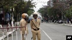 베트남 법원 주변을 지키는 경찰. (자료사진)