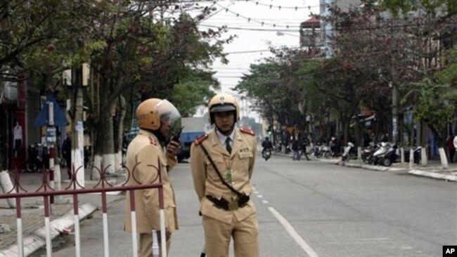 An ninh nghiêm ngặt bên ngoài biên tòa trước đây xử ông Trần Anh Kim ở tỉnh Thái Bình.