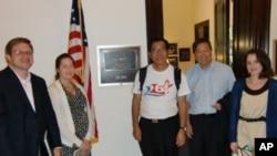麥海華(中間)與李卓人(右二)在韋伯參議員辦公室外與助理合照