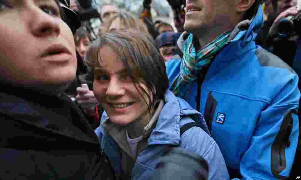 ນາງ Yekaterina Samutsevich ທີ່ເປັນສະມາຊິກຂອງກຸ່ມເຄື່ອນໄຫວສົ່ງເສີມຜູ້ຍິງ Pussy Riot ທີ່ຖືກປ່ອຍຕົວໃຫ້ຄໍາເຫັນຢູ່ນອກສານແຫ່ງນຶ່ງໃນນະຄອນມົສກູ ໃນວັນທີ 10 ຕຸລາ, 2012. ສານອຸທອນແຫ່ງນຶ່ງໃນນະຄອນຫລວງມົສກູ ໄດ້ປ່ອຍຕົວ 1 ໃນສາມຄົນຂອງສະມາຊິກຂອງວົງດົນຕີ Pussy Riot ໃນຂະນະທີ່ກັກຂອງ ສອງຄົນທີ່ຍັງເຫລືອໄວ້.