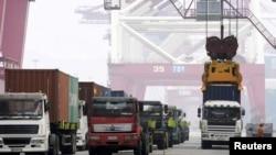 13일 중국 산동성 칭다오 항에서 수출용 컨테이너를 선박에 싣고 있다.
