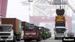 Kegiatan di pelabuhan Qingdao, provinsi Shandong, China, 13 Oktober 2015 (foto: dok). Pada bulan Oktober impor China turun 18,8 persen, sementara ekspor menyusut 6,9 persen dari angka tahun sebelumnya.