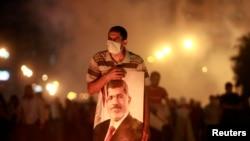 Kahire'de sabaha kadar polisle çatışan Mursi yanlısı göstericiler