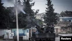 叙利亚自由军战士在伊德利卜省的一次空袭中用高射炮开火