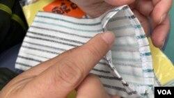 Candy自製的布口罩可以放入不織布外科口罩,令原本只可以使用4小時的外科口罩,延長到3日左右。(美國之音 湯惠芸拍攝)