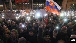 Puluhan ribu orang Slovakia berkumpul dalam demonstrasi anti-pemerintah besar-besaran di Bratislava, Jumat (9/3).