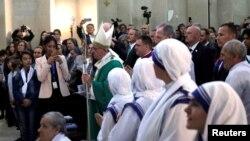 Le pape François à l'église Immaculée Conception à Bakou, en Azerbaïdjan, le 2 octobre 2016.